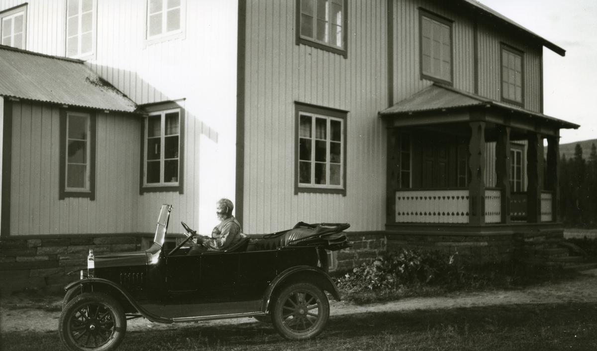 Mann, Ole Floden (14/2 1880 - 1951), i bil foran bygning i Floden, Skåret.