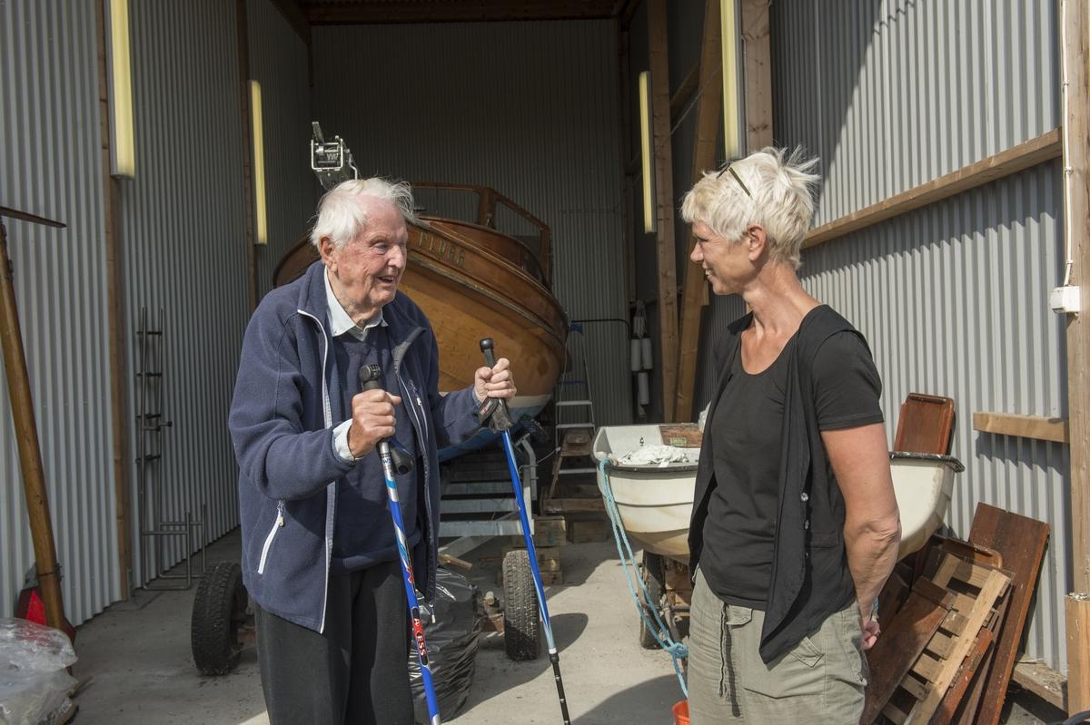 """Intendent Eva Berglund kollar in en fin Pettersson båt """"Plurr"""" i Nyköping."""