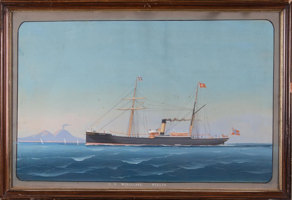 Skipsportrett av DS WERGELAND med riggede master, ved innseilingen til Napoli. Vesuvs sees i bakgrunnen. 9 mann på dekk.
