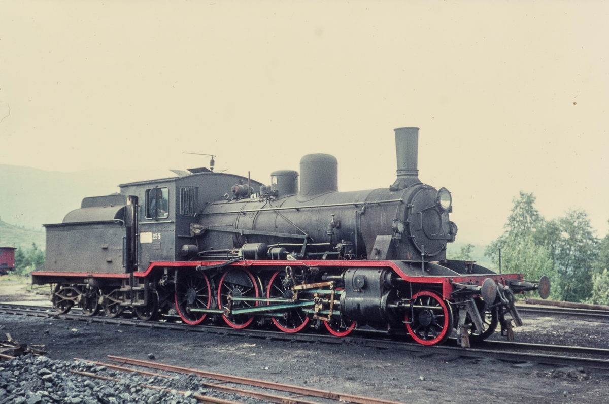 Damplokomotiv type 18c nr. 255 på Grong stasjon.