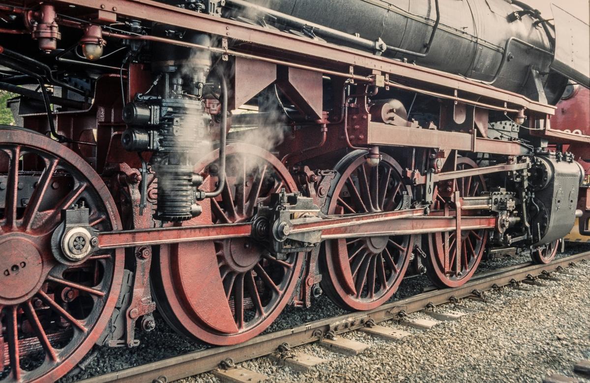Et tysk reiseselskap på besøk i Norge med eget tog.  Toget trekkes av tysk damplok DB BR 41 241. Bildet viser drivhjulene på lokomotivet.