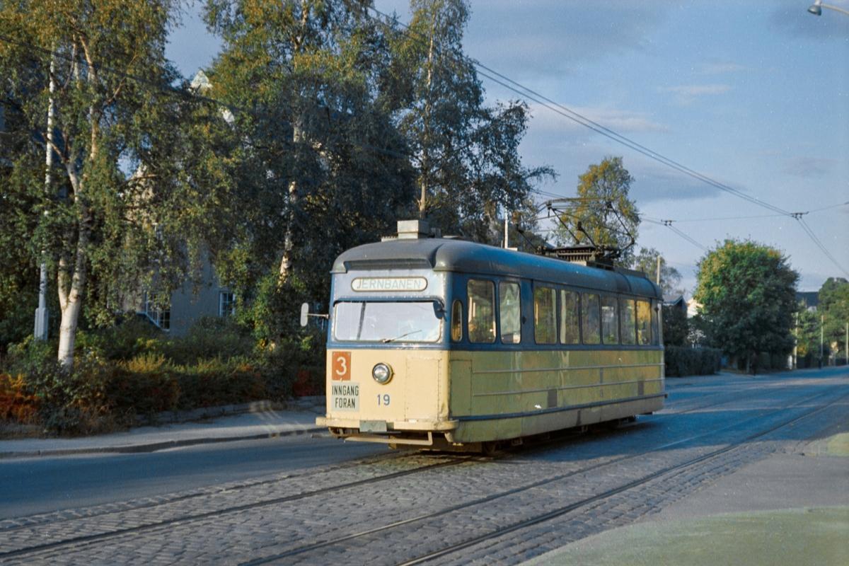 Trikk på linje 3 til Jernbanestasjonen, her i Eidsvolls gate i Trondheim. Trondheim Sporvei vogn 19.