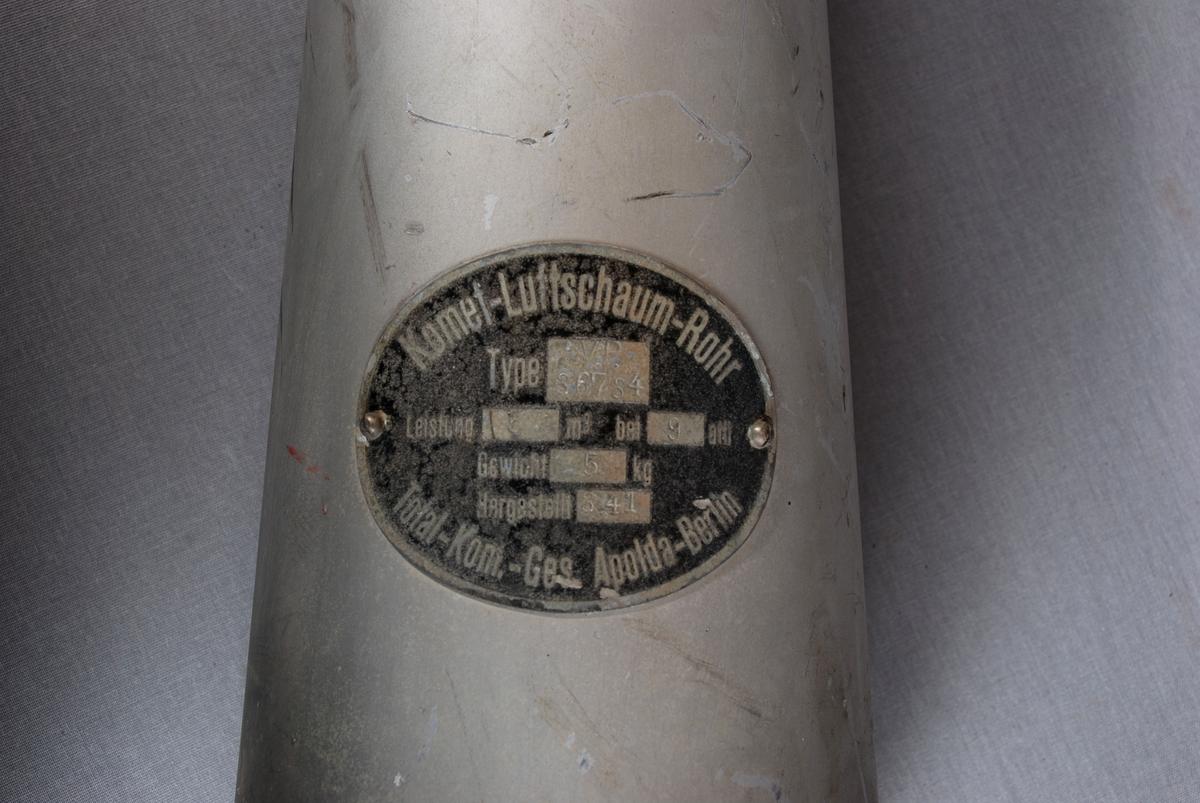 Håndholdt konisk formet skumrør for brannslukking. Håndtak fremme i munningskant og omlag på midten av røret. Håndtakene er trekt med lær.
