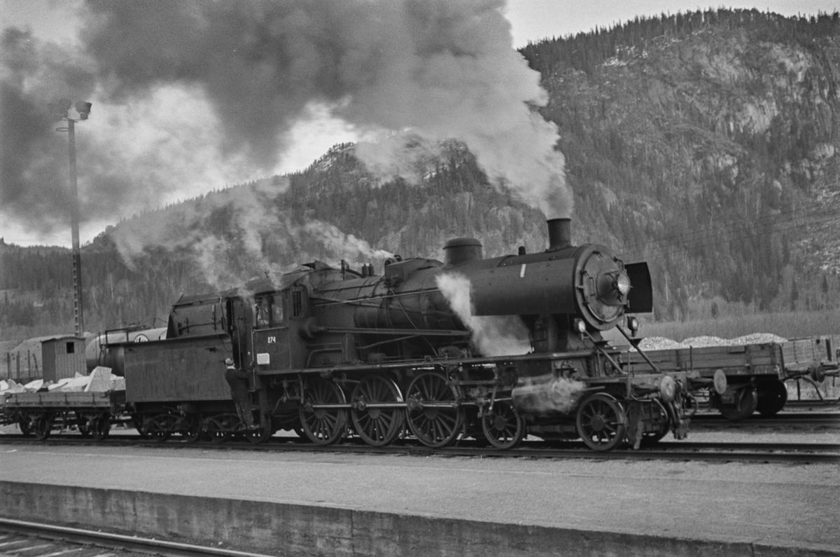 Damplokomotiv type 30a nr. 274 med godstog på Støren stasjon.