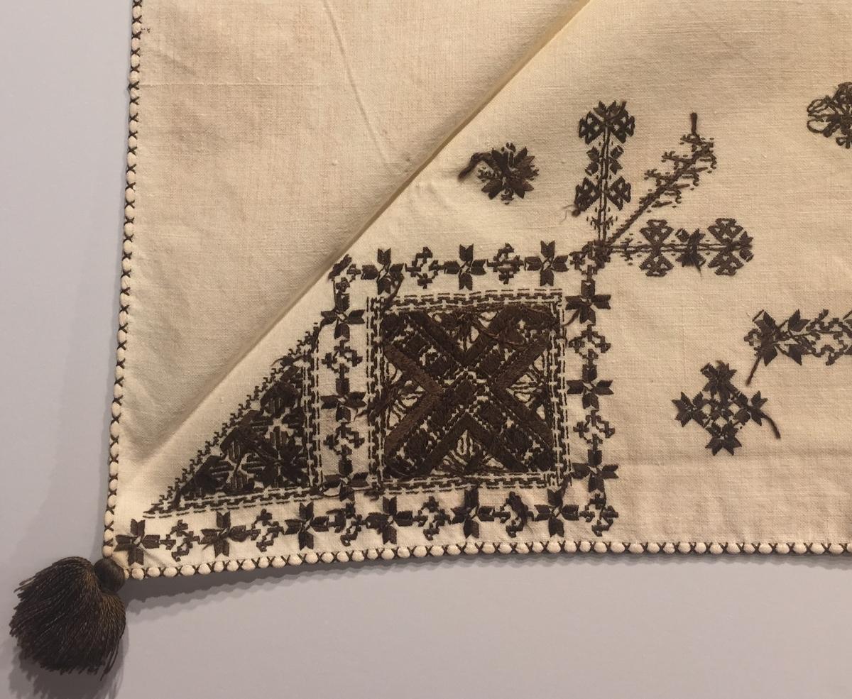Geometriskt mönster med blomsterliknande motiv  i kvadrater i hörnen, två bårder mellan kvadraterna på ryggsnibb och framsnibbar. På ryggsnibben tre kvadrater och en rikt dekorerad  majstångsspira samt märkning med årtal och initialer. På varje framsnibb en kvadrat och en trekant. Sex ornament.