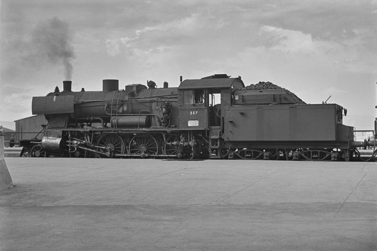 Forstadstog nr. 1728 fra Trondheim kl 1620 til Støren. Toget stoppet på alle stasjoner og holdeplasser og brukte 1 1/2 time til Støren. Toget trekkes av damplokomotiv 30b nr. 357.