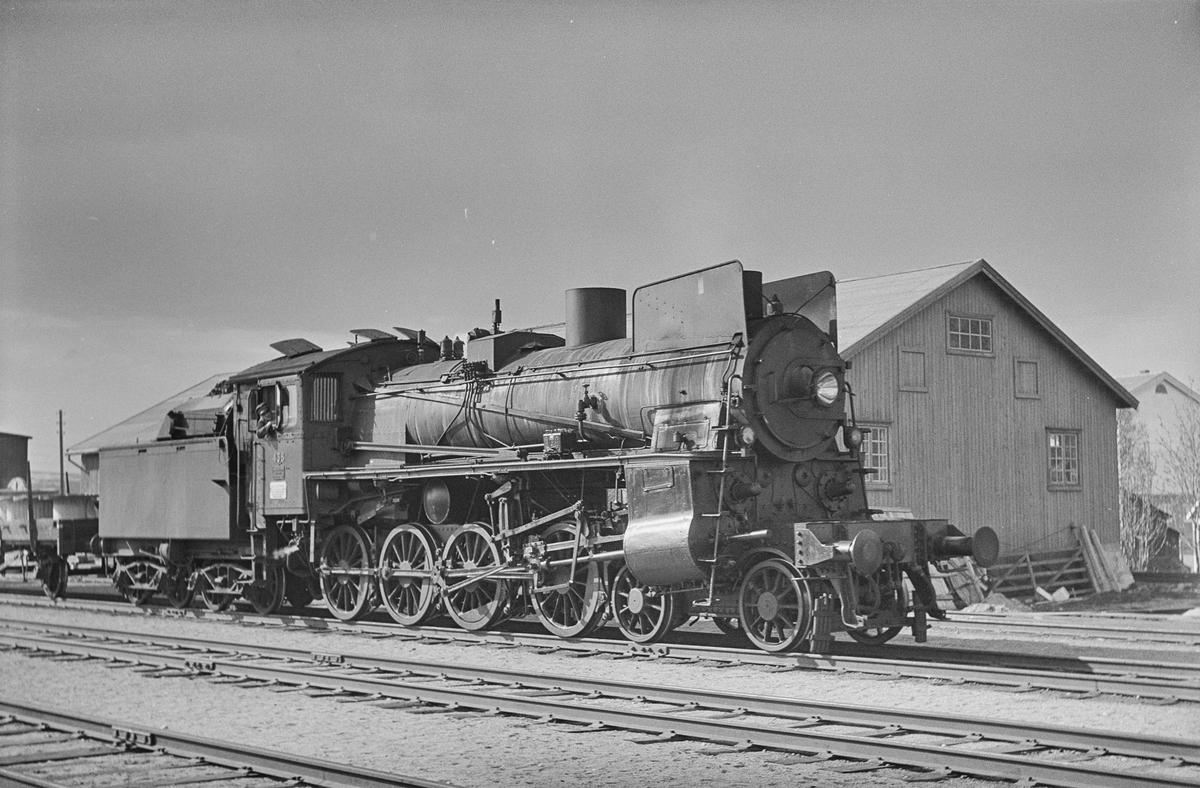 Underveisgodstog fra Trondheim til Hamar på Røros stasjon. Toget trekkes av damplokomotiv type 26c nr. 438.
