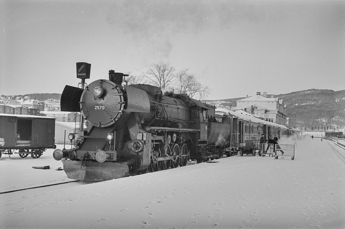 Dagtoget fra Trondheim til Bodø, tog 451, på Trondheim stasjon. Toget trekkes av damplokomotiv type 63a 2570.