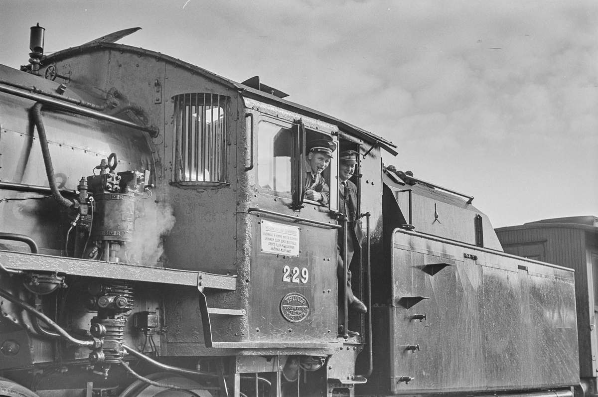 Lokomotivfører og fyrbøter på damplokomotiv type 26b nr. 229.