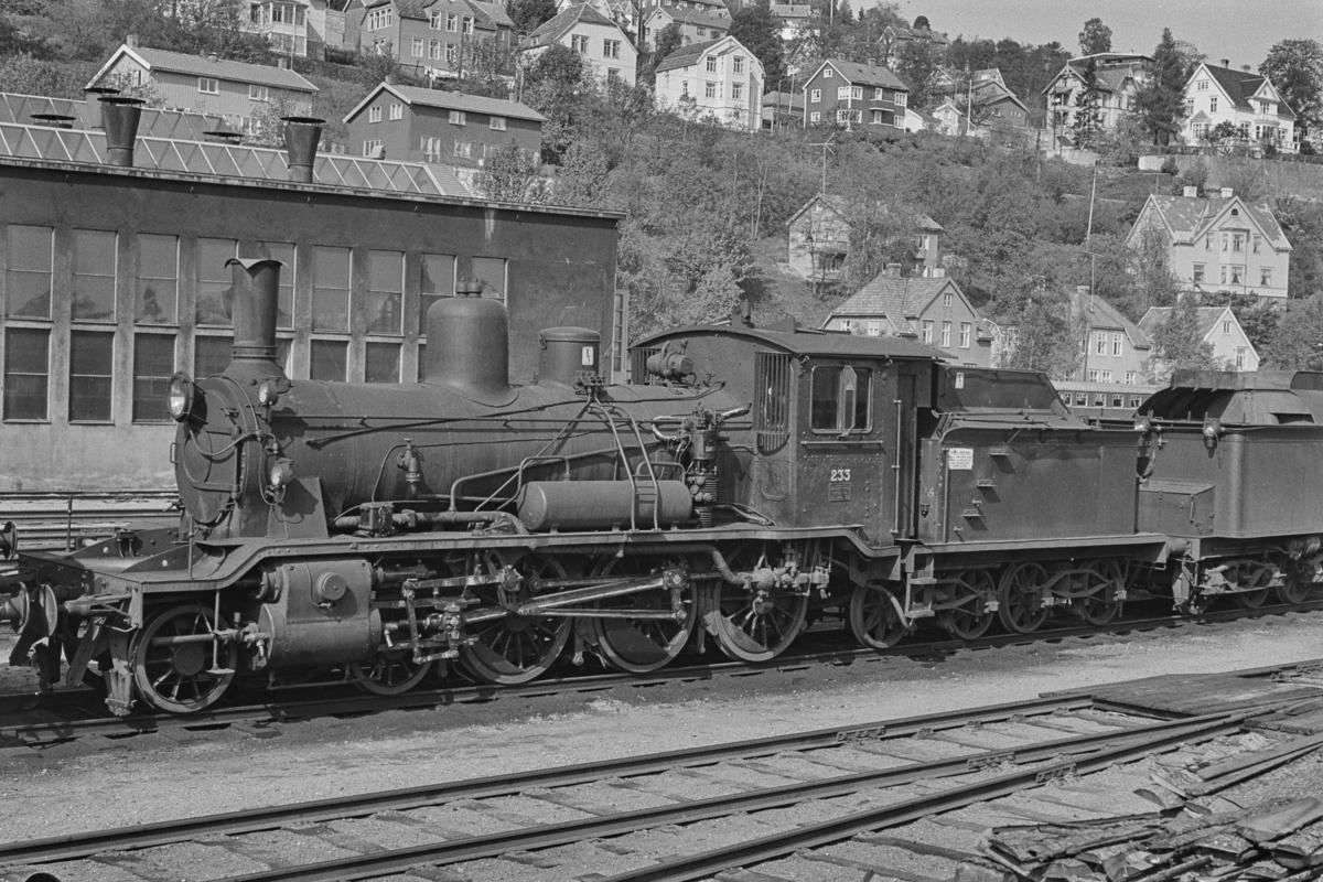 Hensatt damplokomotiv type 18c nr. 233 på Marienborg. Lokomotivet ble senere satt i drift igjen, bl.a. i snøryddingstjeneste.