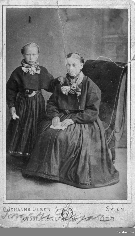 Portrett av Ingerid Sisjord og mor Gunhild Eikjarud