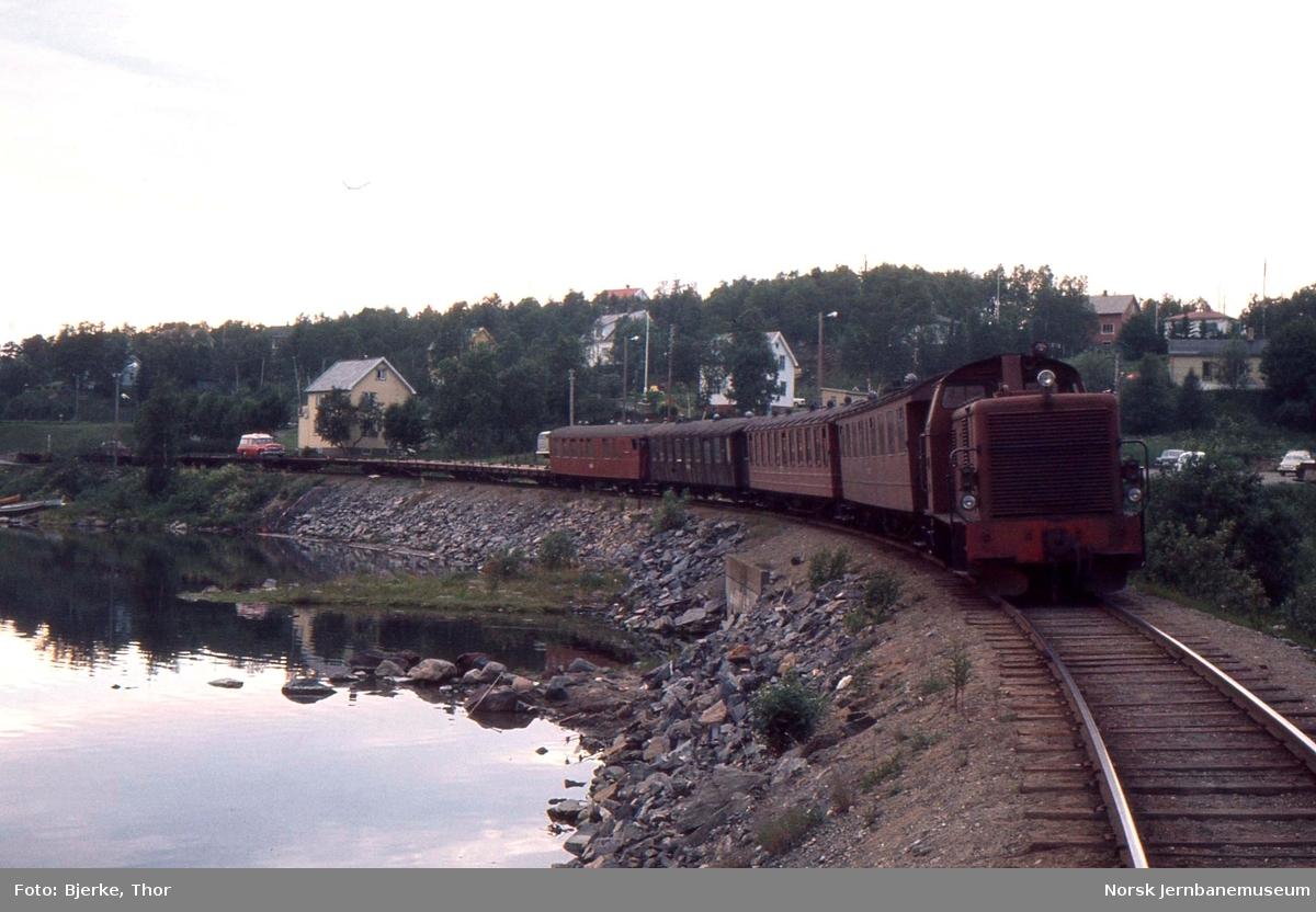 Finneid stasjon hvor diesellokomotivet SAULO skifter sammen tog 56
