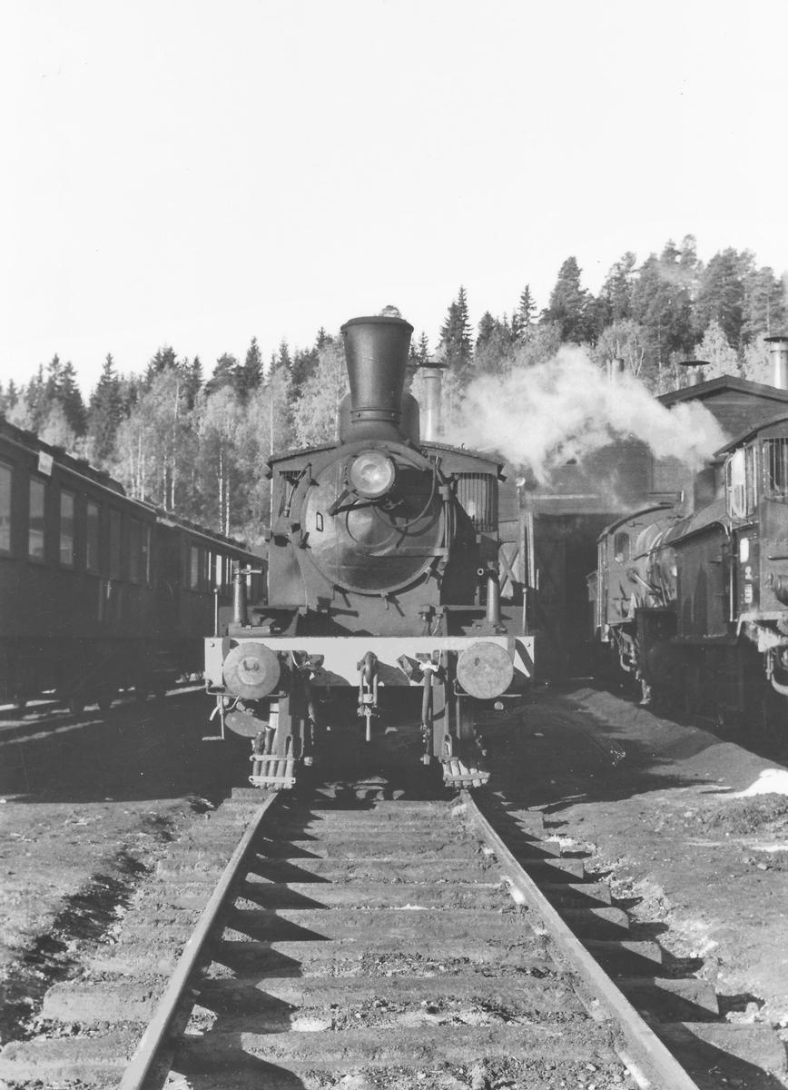 Damplokomotiv type 21 ved lokstallen på Hønefoss.