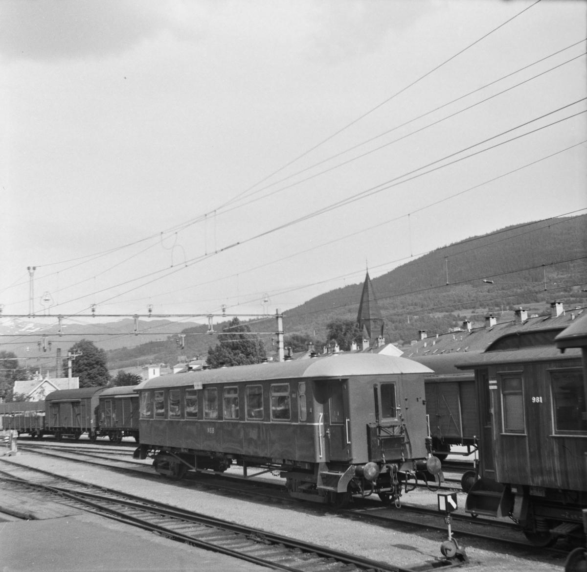 Personvogn B23 nr. 453 på Voss stasjon.