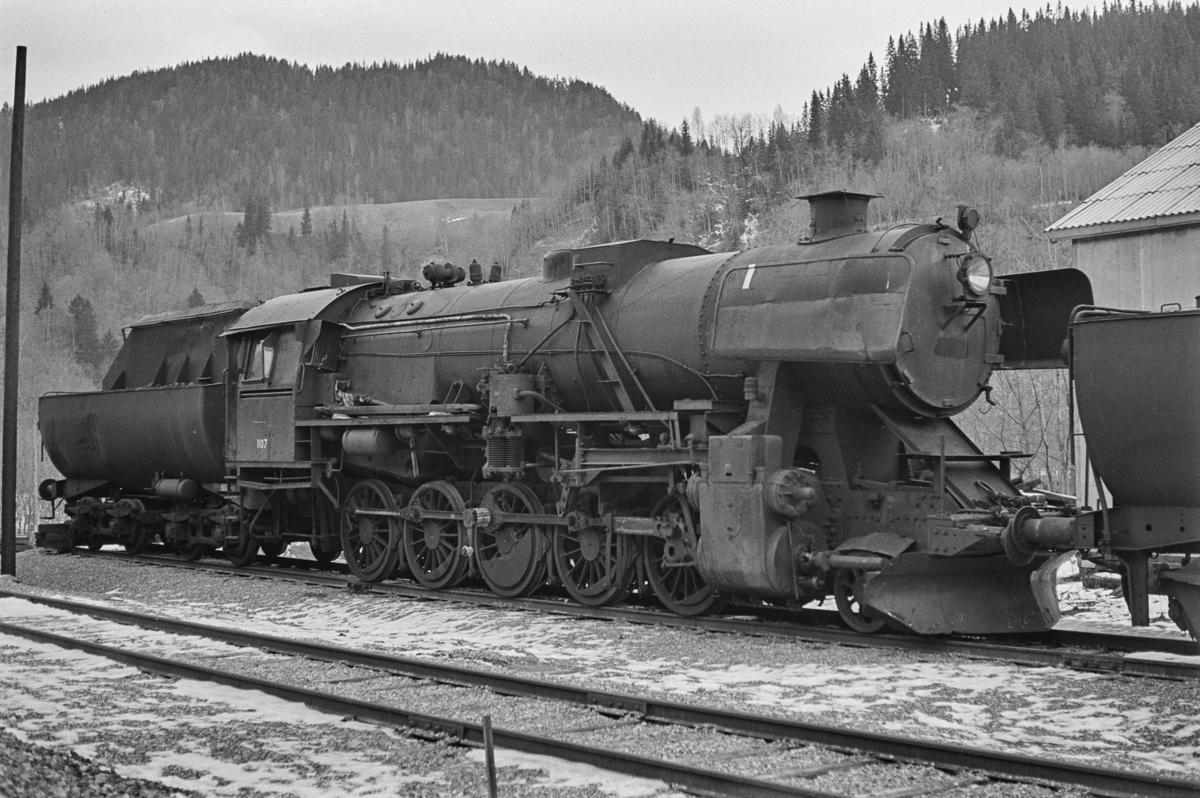 Hensatt damplokomotiv type 63a nr. 1107 på Støren stasjon.