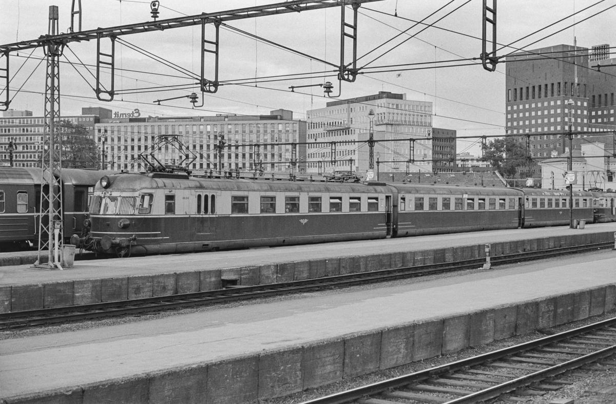 Hurtigtog til Skien på Oslo Vestbanestasjon. Toget består av to motorvognsett type 66, nærmest nr. 6604.