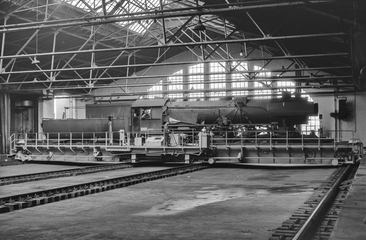 Damplokomotiv type 63a nr. 2293 på traversen i lokomotivstallen på Marienborg ved Trondheim.