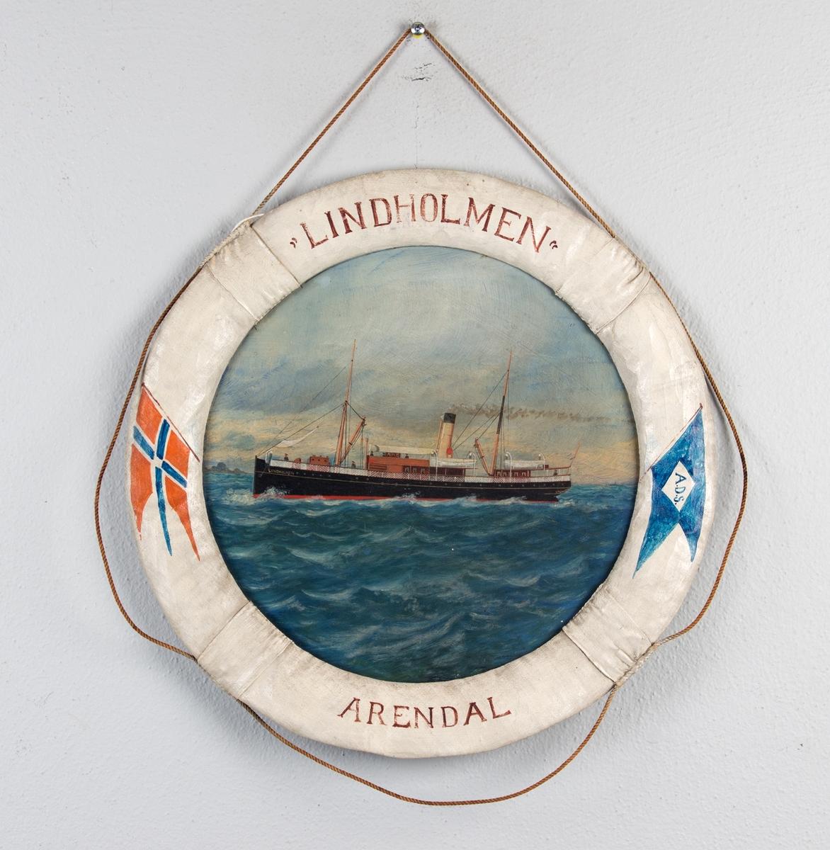 Skipsportrett av DS LINDHOLM i rom sjø. Rammen er utformet som en livbøye dekorert med norske flagg og skipets  navn og hjemmehavn.