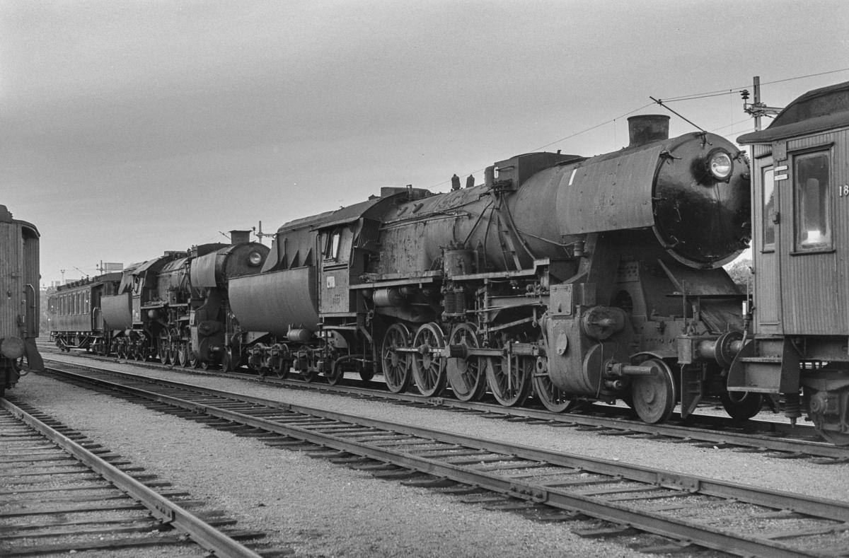 Utrangerte damplokomotiver type 63a nr. 5843 og nr. 5606 på Marienborg. Lokomotivene er underveis til hugging.