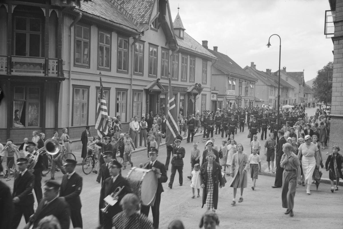 Barnetoget 17. Mai 1934 i Storgata forbi Astrupgården.