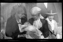 Lilly Aubert, Hilda Sundt og Rebekka Sundt med dåpsbarnet Ro