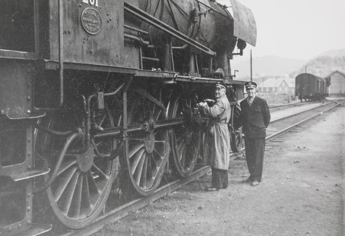 Smøring av maskinen på damplokomotiv type 30a nr. 281 på Støren stasjon. Tog til Oppdal.