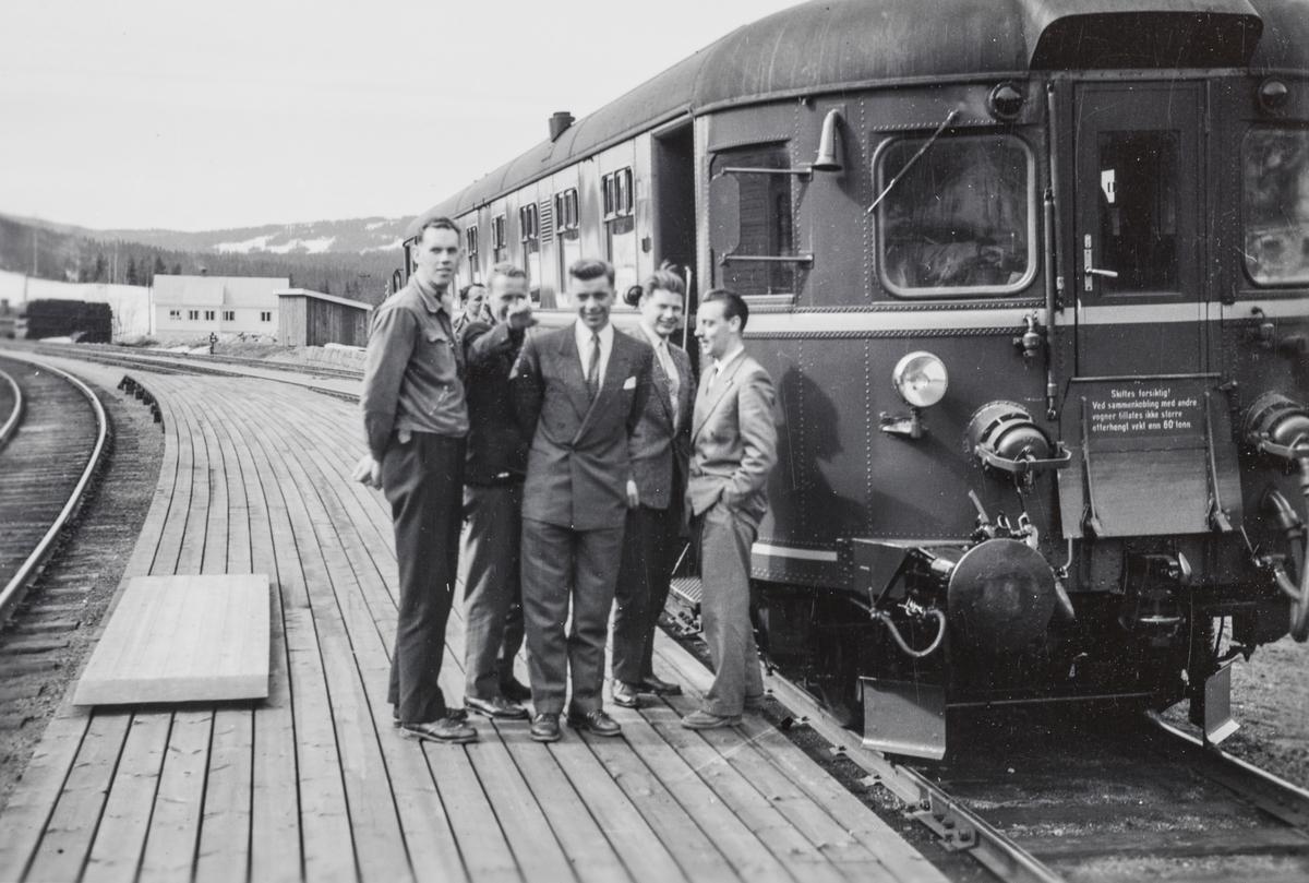 Elever på jernbaneskolens fyrbøterkurs i 1958 på tur med motorvogn Bmdo 91 10.