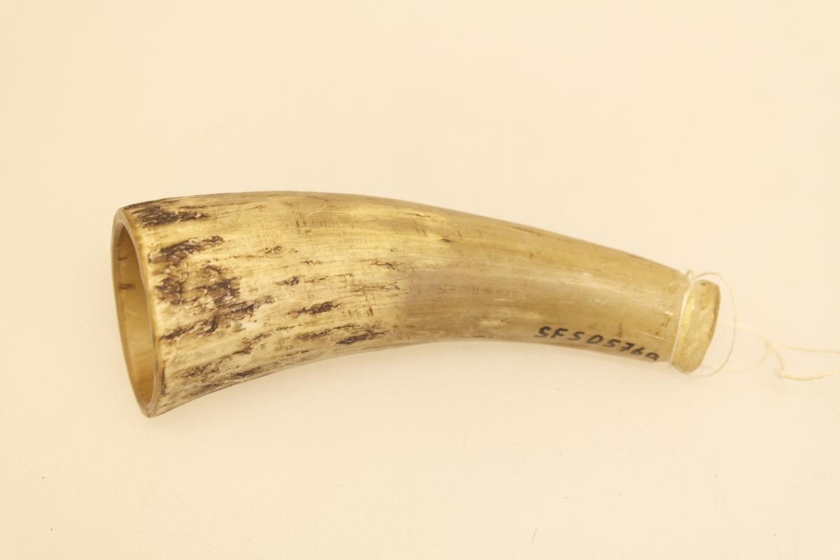 3 koppehorn (a-c) til bruk ved årelating. Skåret og pusset. A) Rester av en tynn tråd er surret rundt et spor i den smale enden. Lysere i fargen enn de to andre hornene. B) En tynn tråd er surret rundt et spor i den smale enden. Det er skåret ut et bånd i den brede enden. C) Et spor er kuttet inn i den smale enden. Det er også skåret ut et bånd i den brede enden. Båndet er dekorert.
