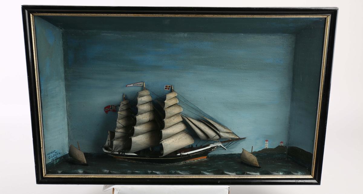 Diorama av fullrigger BERGEN med full seilføring samt to mindre seilfartøy/losbåter.