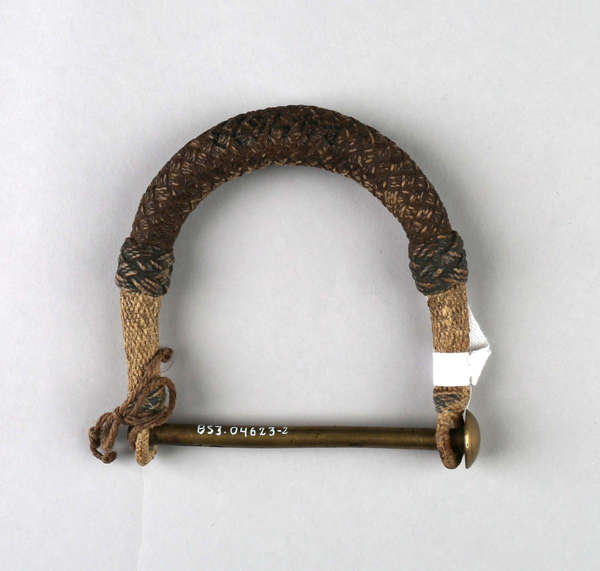 Sekkelås. Flettet håndtak med låsepinne til bruk på skipssekk. Hengelås mangler.
