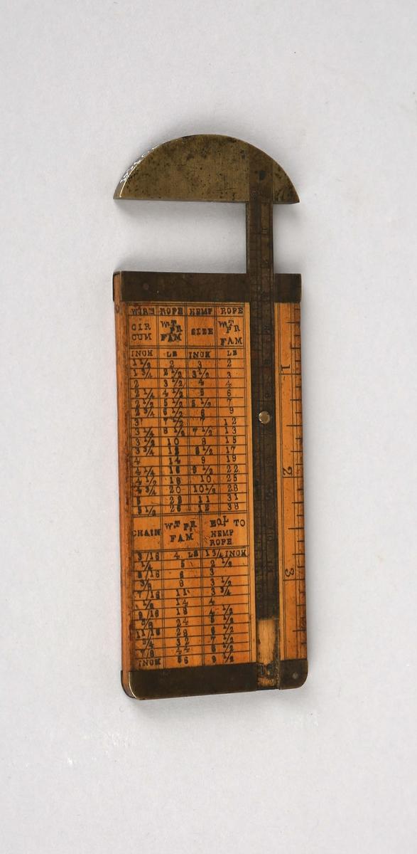 Målestav. Skyvelær til måle dimensjon på tau og wire. Rektangulær i bøk med messingbeslag, halvrundt beslag øverst. Påskrift skala og liste over ulike dimensjoner for tau og wire.