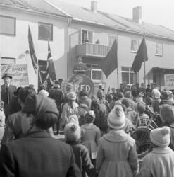 Vadsø 1.mai 1960. Samling og tale på Torget. Bygningen bak t