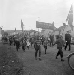 Vadsø 1.mai 1960. En del av demonstrasjonstoget 1.mai. Polit