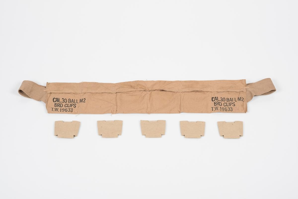 """Brunbeigt ammuniasjonsbelte med seks """"lommer"""" og påtrykk """"CAL. 30 BALL M2 8RD CLIPS T.W. 19633"""" på hver side.  Hver lomme er 8,5-9 cm bred og 10,5 cm høy. I fem av seks lommer er det en tom ammunisjonseske i papp."""