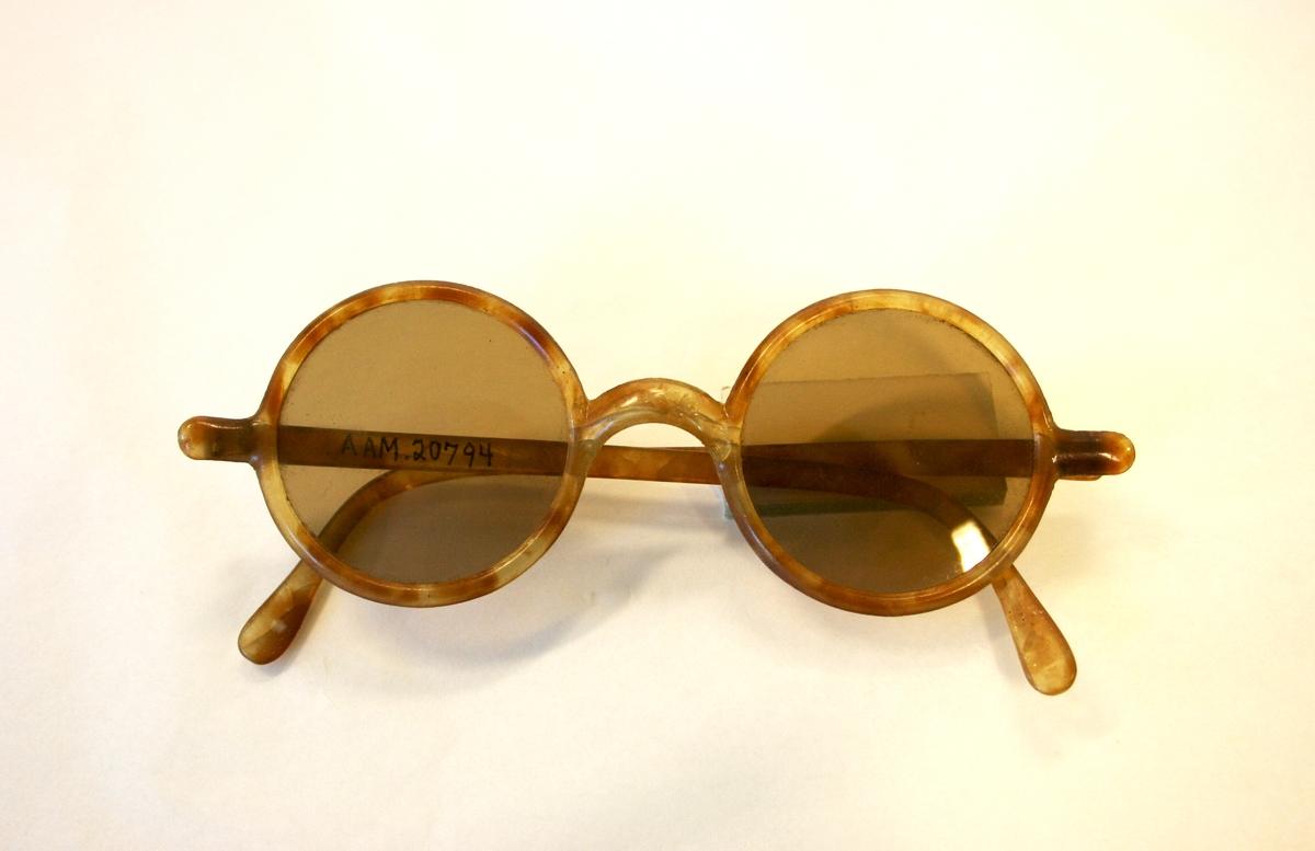 """Solbriller  Lysbrunt    glass.  Skillpaddefarget celluloid. Sirkelrunde glass i """"hornbrilleinnfatning"""", lysbrun og gyllengul."""