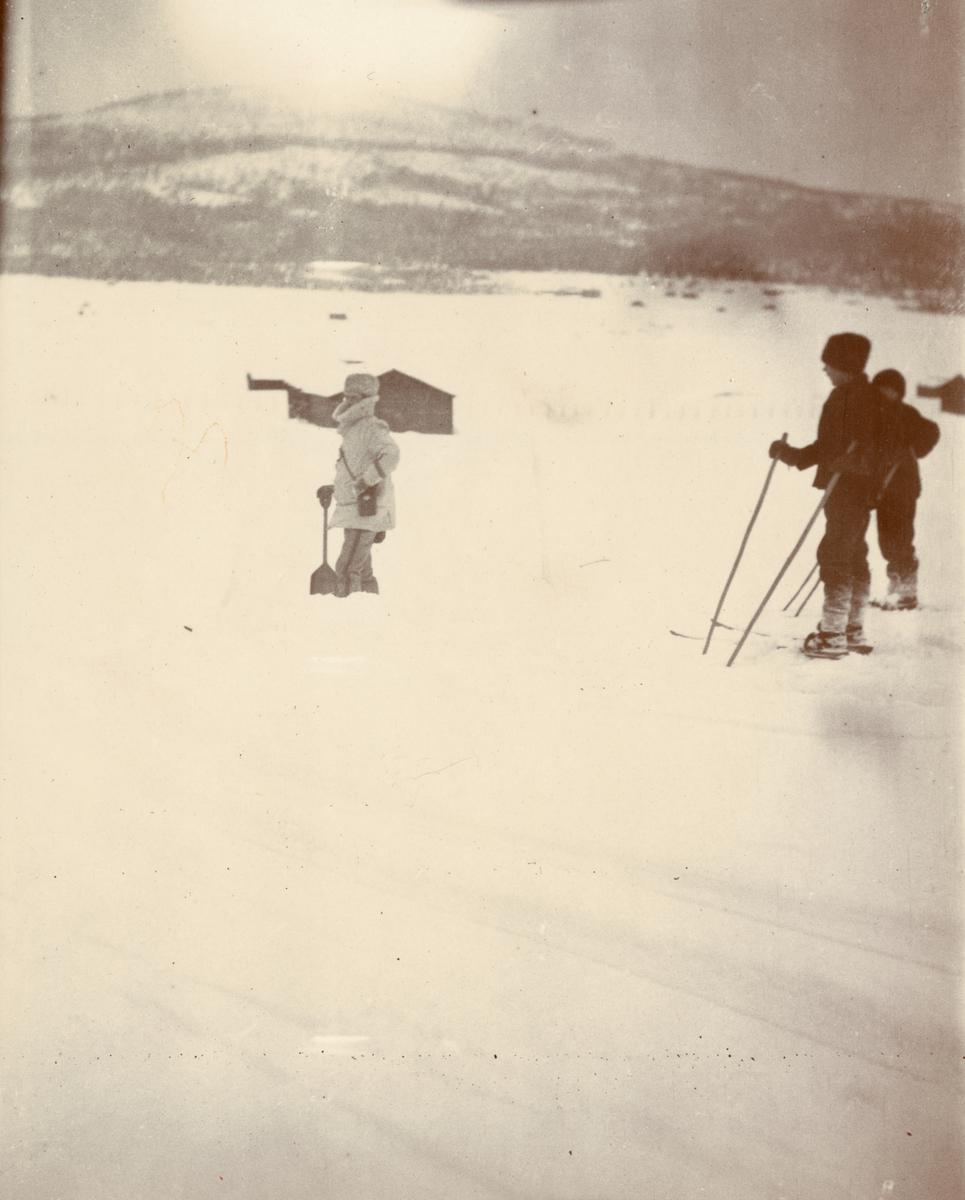 Officerare från Smålands husarregemente K 4 och civila under vinterövning i Norrbotten omkring 1910.