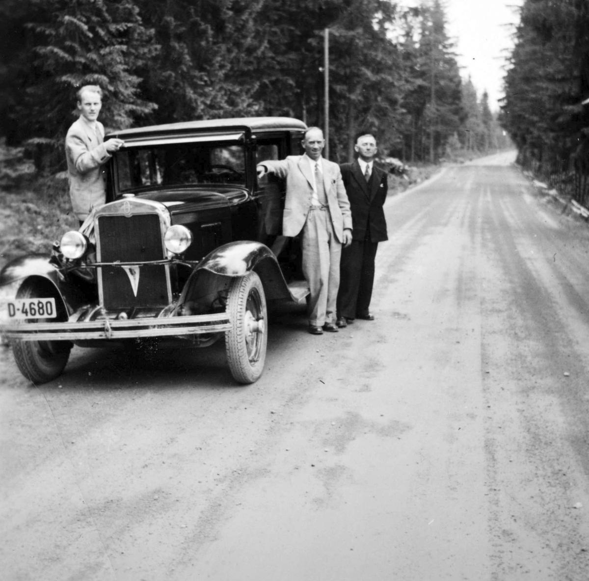 Chevrolet 1929-30, personbil D-4680, Sukkertur til Sverige. Fra v: Nils Høisveen, bileieren Arnt Dalseng og Olaf Mæland.