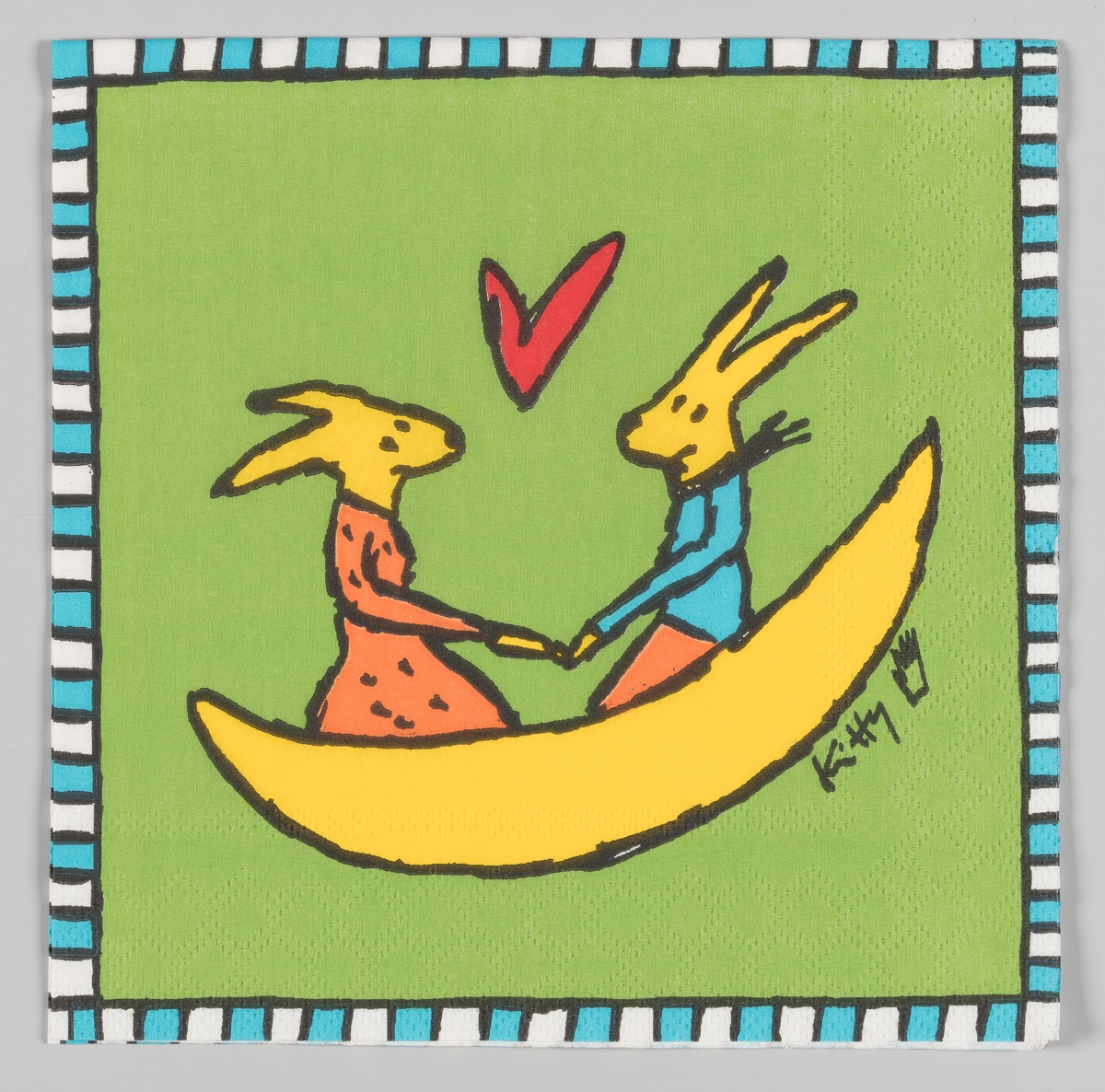 To kaniner med lange ører sitter i en krum båt og mellom dem svever et hjerte. Den ene kaninen er kledt i kjole og den andre i en genser og bukse.