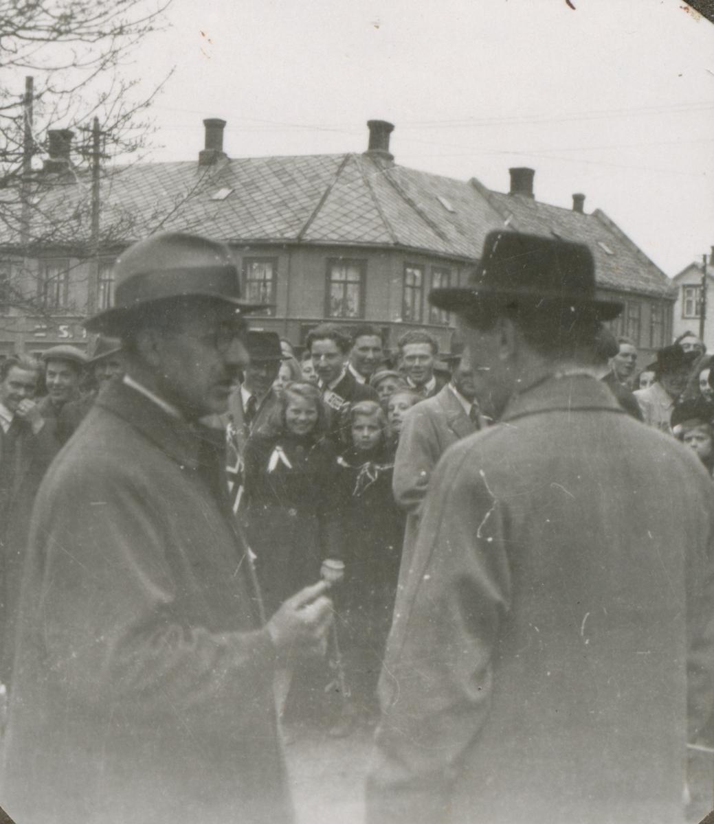 Ei stor folkemengde feirer friheten i Levanger sentrum, 8. mai 1945.