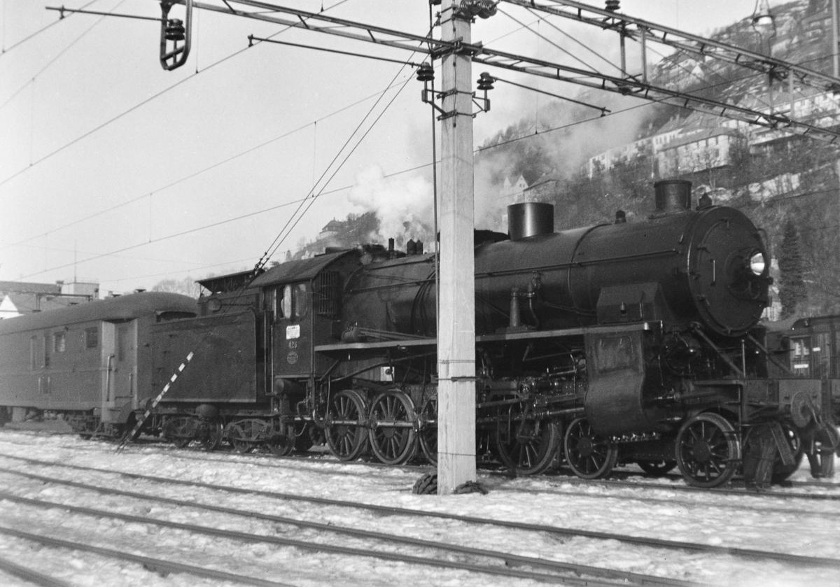 Persontog på Bergen stasjon trukket av damplokomotiv type 31b nr. 426.3a nr. 300.