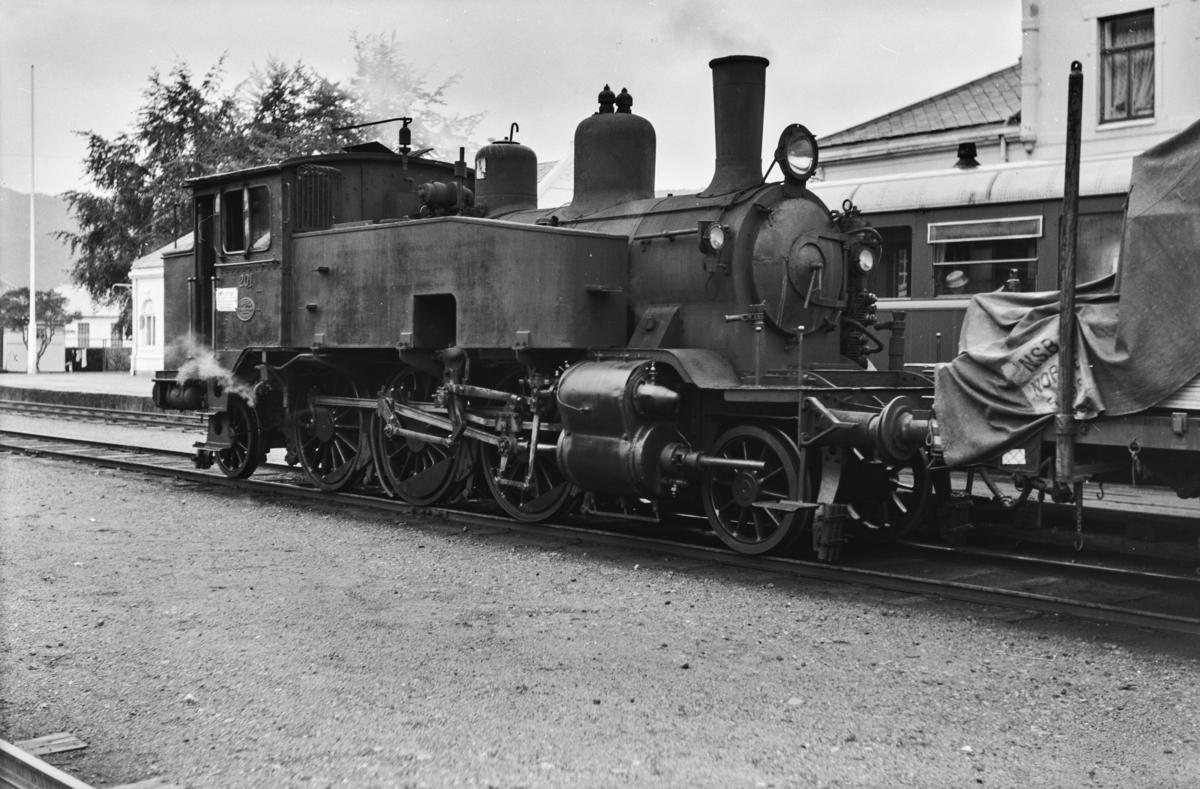 Godstog på Flekkefjord stasjon. Toget trekkes av damplokomotiv type 20b nr. 201. Bak lokomotivet skimtes motorvogn type Bmdo 86.52.
