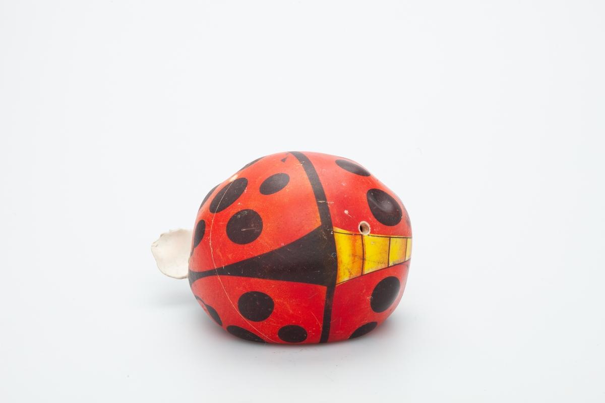 Ballen er en myk plastball med et Marihøne motiv. Ballen er beskadiget. Det er bidt et hull i den av hunden den tilhørte.   Ballen har tilhørt Butler en kleiner-münster hann, som tilhørte givers familie fra 1999- 2011. Hunden fikk ballen som valp. Gitt til museet i 2007.  Gjenstanden er samlet inn i forbindelse med Hundeprosjektet 2006-2007 Husdyr på museum - Et fellesprosjekt i Akershusmuseet 2007