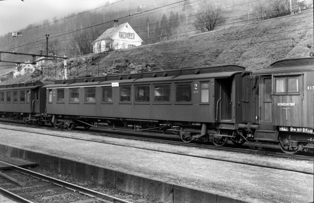 Personvogn ABo3b type 1 nr. 919 på Voss stasjon.