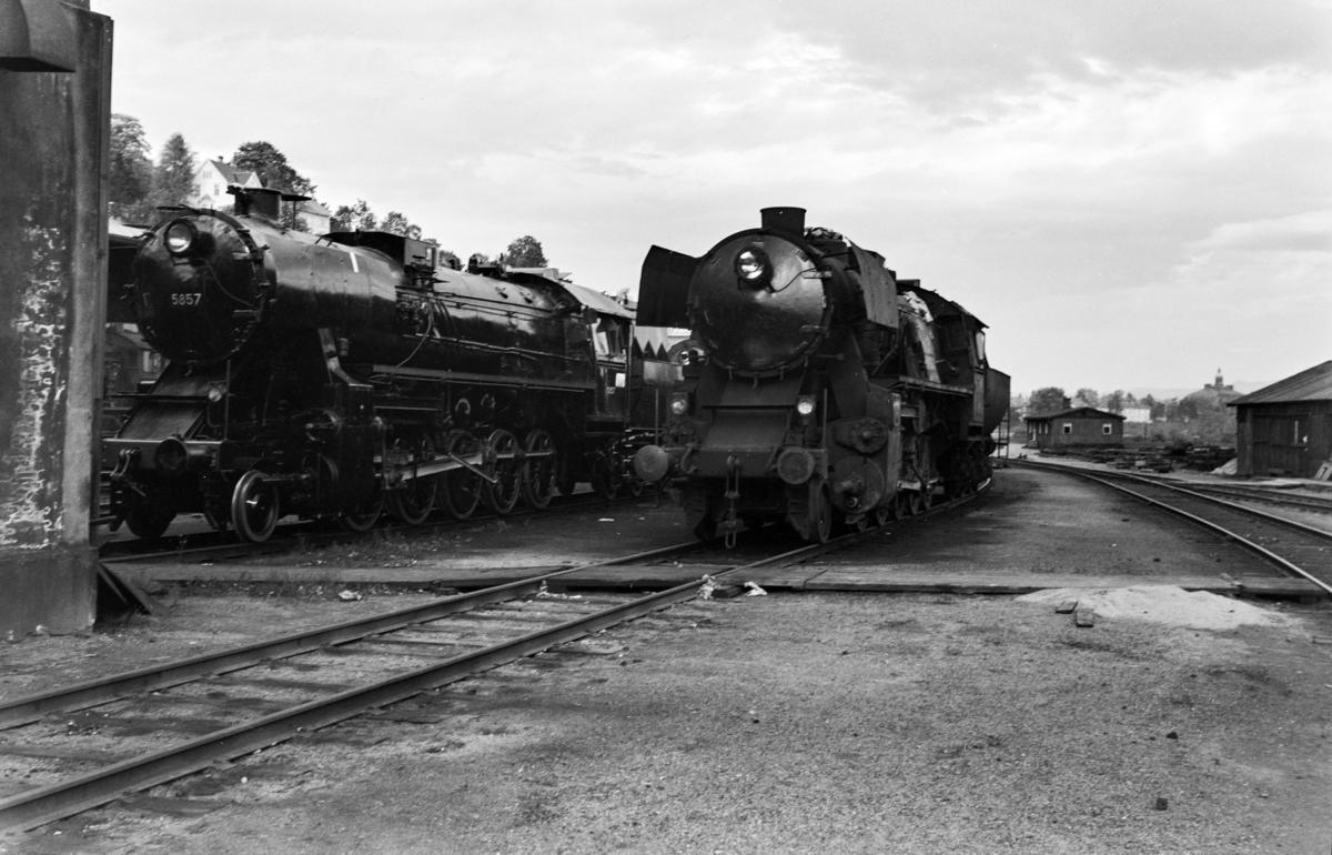 Hensatt damplokomotiv type 63a nr. 5857 (t.v.) og 5113 på Marienborg.
