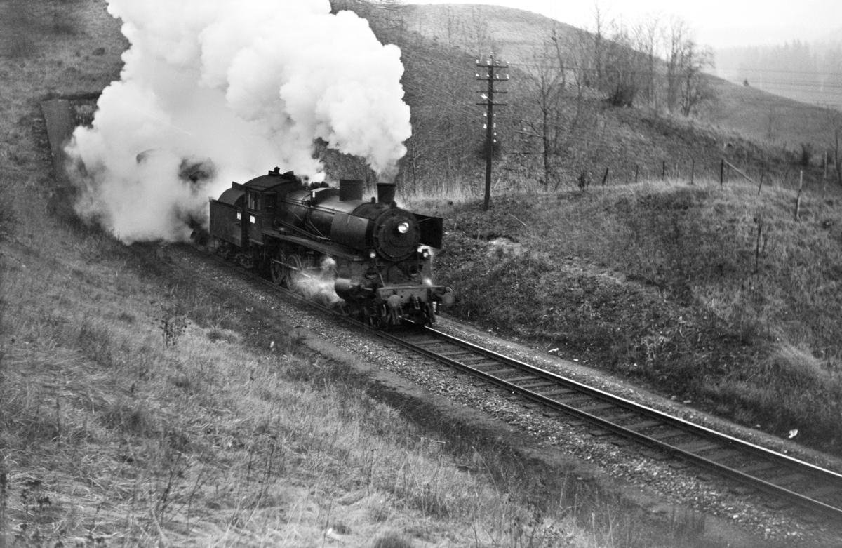Forstadstog 1726 fra Trondheim til Støren ved Selsbakk tunnel. Toget trekkes av damplokomotiv type 26c nr. 411.