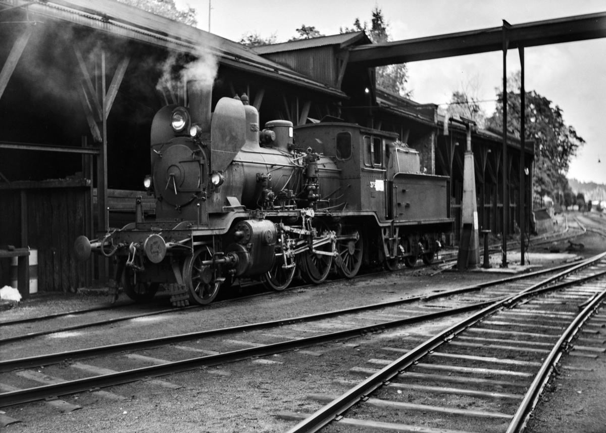Damplokomotiv type 21b nr. 375 ved kulldepotet på Arendal stasjon.