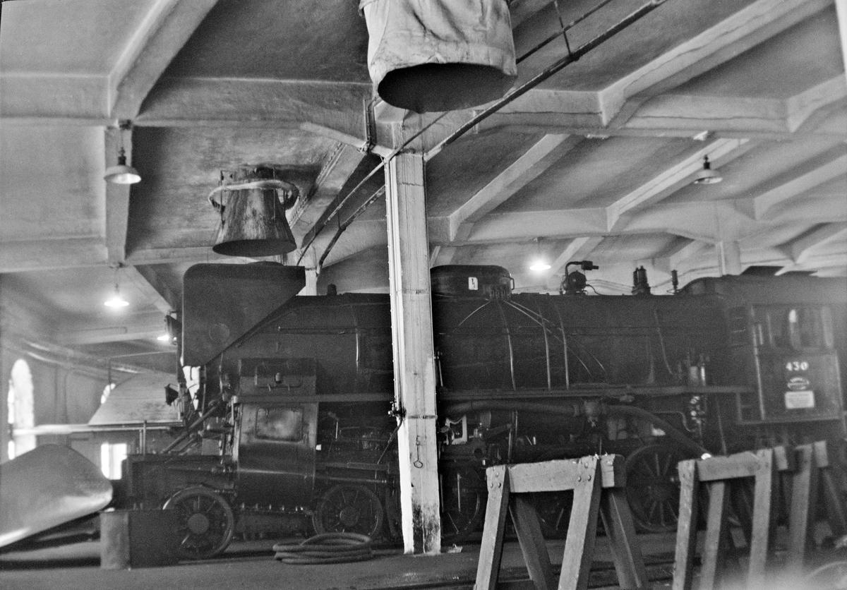 Damplokomotiv type 31b nr. 430 i lokomotivstallen på Voss stasjon.