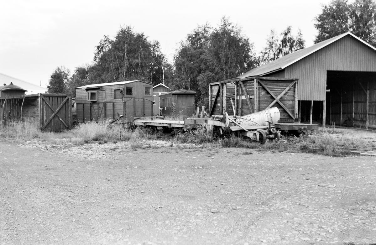 Hensatte vogner og løftekasser ved verkstedet på Bjørkelangen. I forgrunnen en snøplog.