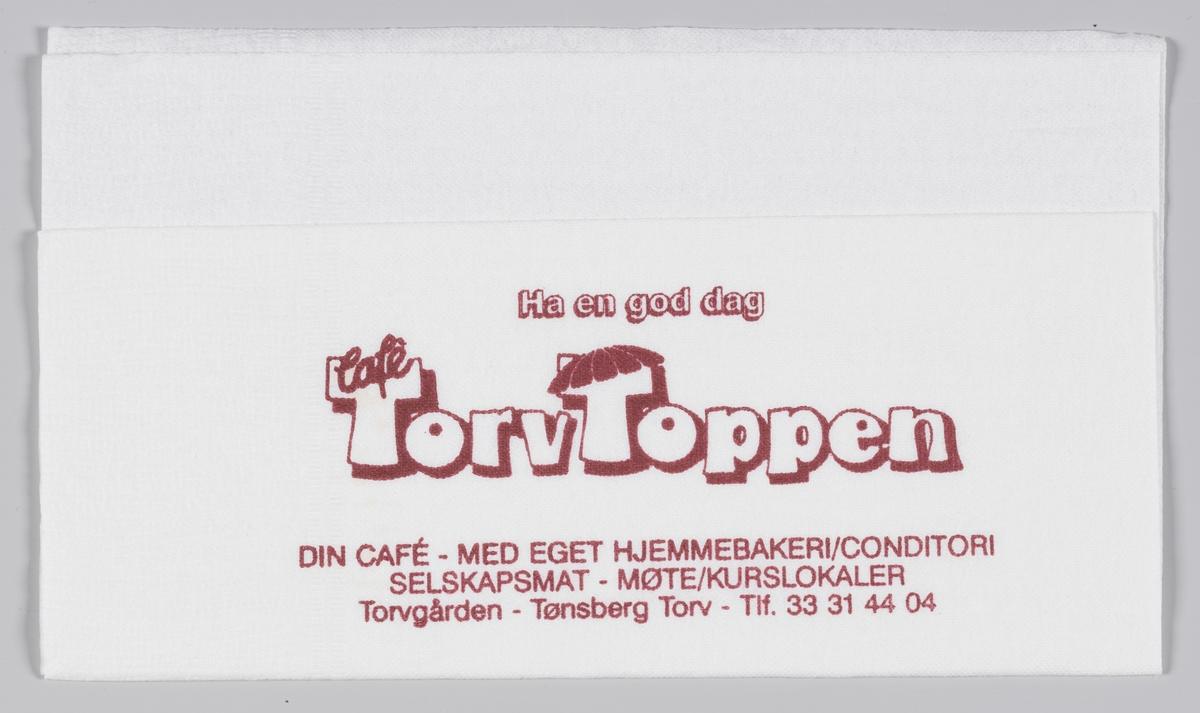 En reklametekst for Torvtoppen i Tønsberg og kjøttprodukter fra Skjeggerød A/S med en tegning av en gris.   Torvtoppen Cafè lå i Torvgården i Tønsberg. Driften opphørte i 2009.   Skjeggerød er et varemerke innenfor slaktevarer. Varemerket eies av Fatland, som er et familieselskap, eid av familien Fatland. Rasmus Fatland startet med slakting ca. 1892 i Vikedal, og flyttet senere til Oslo for å selge kjøtt for slaktere i Sunnhordland og på Jæren. I dag er fjerde generasjon Fatland eiere.  Samme reklame for Torvtoppen og Skjeggerød på MIA.00007-004-0186.