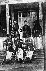 Gruppbild av 6 män i uniform med gevär, tillhörande Alingsås